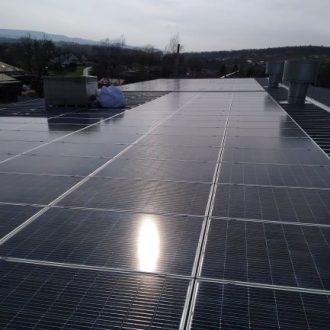 Panele fotowoltaiczne na dachu zakładu produkcyjnego